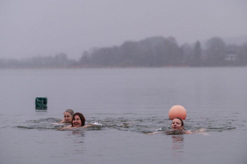 8. Silvesterschwimmen im Strandbad in Seeham am 31.12.2017   Foto und Copyright: Moser Albert, Fotograf, 5201 Seekirchen, Weinbergstiege 1, Tel.: 0043-676-7550526 mailto:albert.moser@sbg.at  www.moser.zenfolio.com