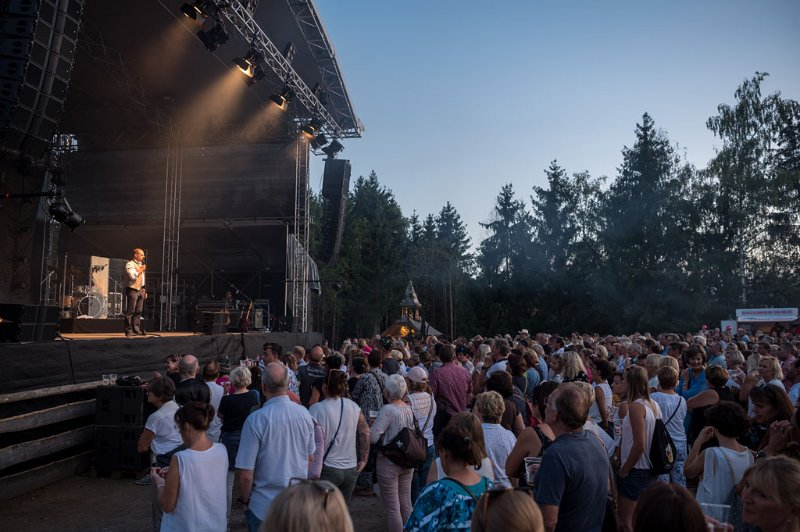 Open-Air Konzert der Seer auf Gut Aiderbichl in Henndorf am 09.08.2019; Begrüssung durch Aiderbichl-Geschäftsführer Dieter Ehrengruber;   Foto und Copyright: Moser Albert, Fotograf, 5201 Seekirchen, Weinbergstiege 1, Tel.: 0043-676-7550526 mailto:albert.moser@sbg.at  www.moser.zenfolio.com